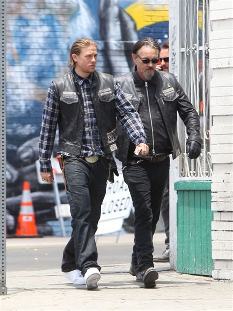 SONS OF ANARCHY : Charlie Hunnam on the set - Fringues de